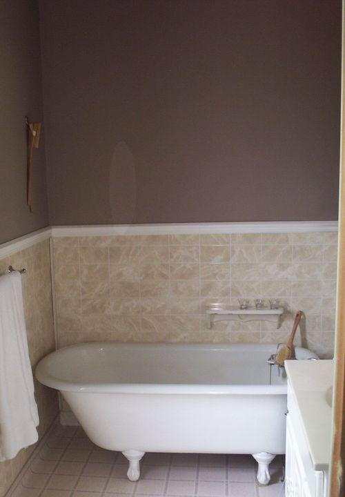 Sale bathroom sans toilet